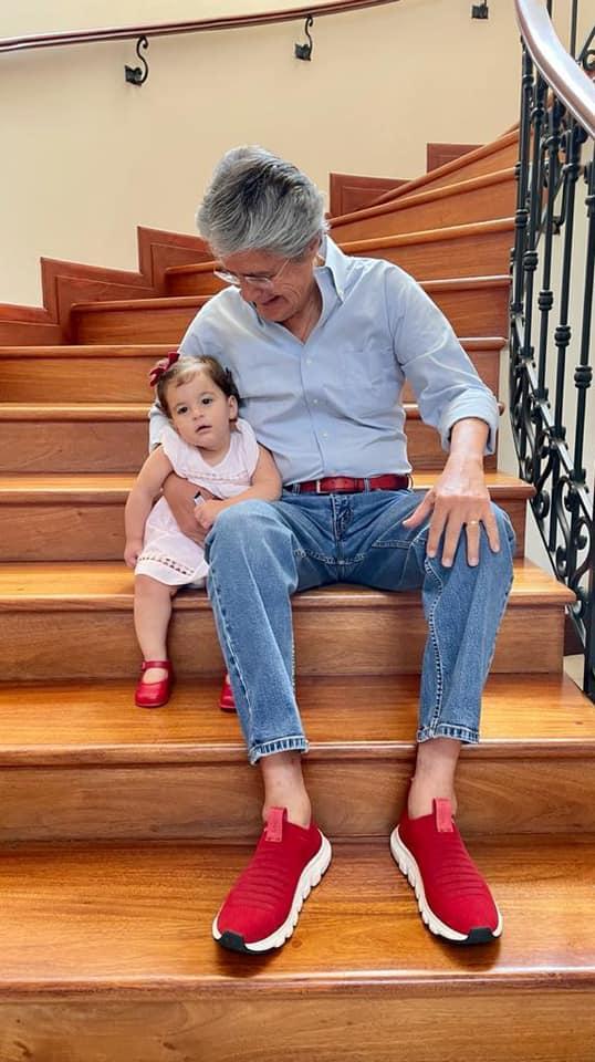 Guillermo Lasso med barnebarn og røde sko